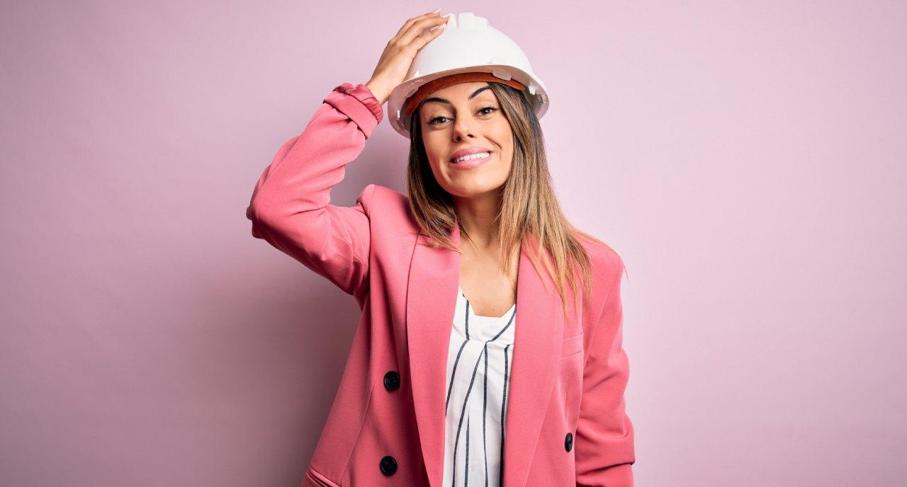 Femme qui porte un casque de chnatier - Jetunoo
